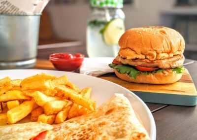 Broodje Kipburger met friet